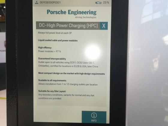 Porsche 800V 350kW Lader, mit Werbung für sich selbst