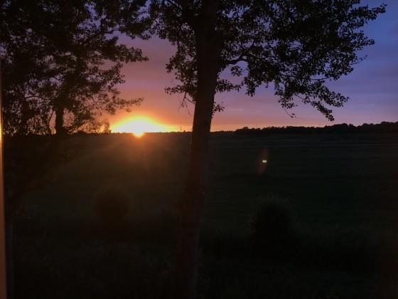 Sonnenuntergang beim e-Auto laden, so was sieht man nicht an der Tanke