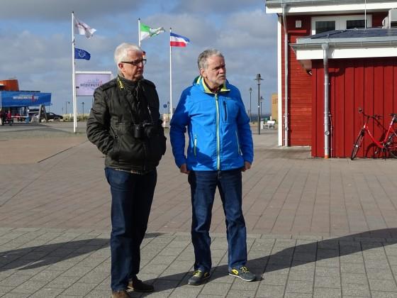 Einheimischer mit einem Touristen bei einer Hafenbesichtigung