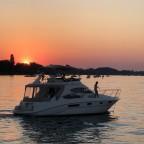 Unbekanntes Boot ist wohl etwas spät ausgelaufen für den Sonnenuntergang