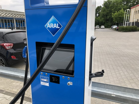 ARAL CCS Leitung in Relation zum Anschluss am eGolf recht knapp!