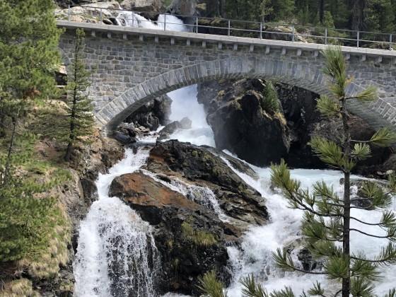 Auch das UNESCO Weltkulturerbe RhB steht noch - auch wenn die Gletscher den Bach runter gehen...