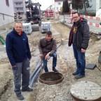 Gemeinde, Wasserinstallateur und Elektriker beraten was nun mit diesem Schacht noch geschehen soll...