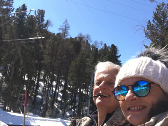 die 2 TestfahrerInnen in der wärmenden Sonne des Engadins